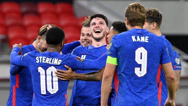 Jugadores ingleses celebran gol vs Hungría