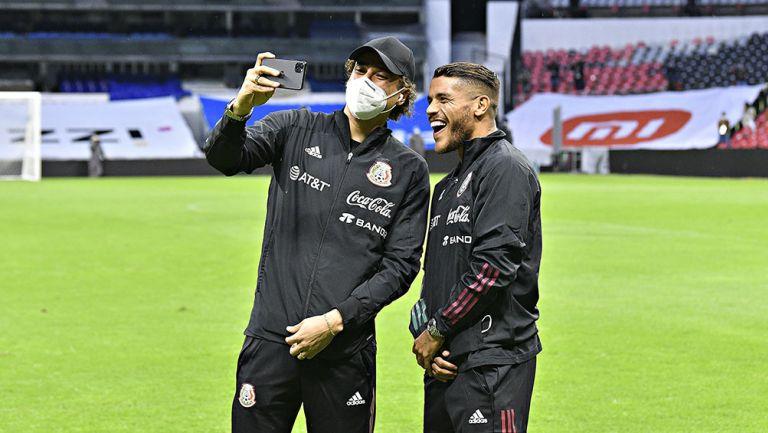 Memo Ochoa y Jonathan dos Santos en el Azteca