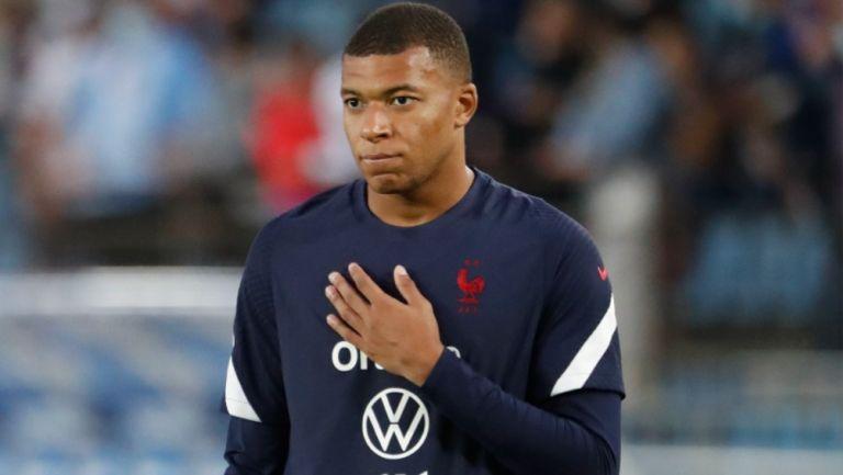 Kylian Mbappé reacciona durante calentamiento con la Selección de Francia