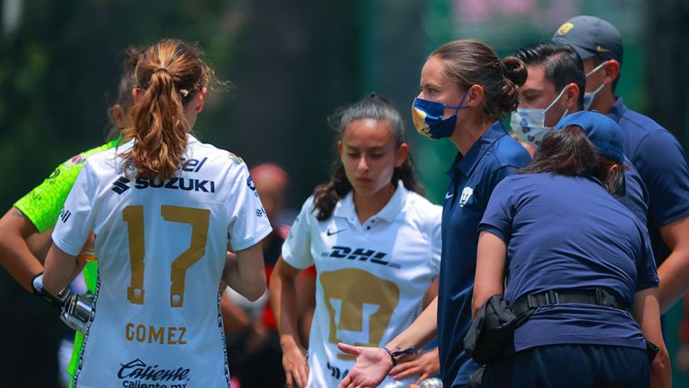 Karina Báez da instrucciones a jugadoras de Pumas Femenil