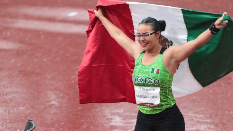 Rebeca Valenzuela celebra con la bandera de México
