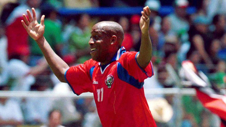 Hernán Medford festeja su gol en el Aztecazo
