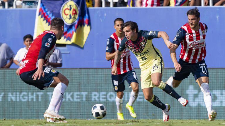 Nicolás Benedetti, en acción ante Chivas