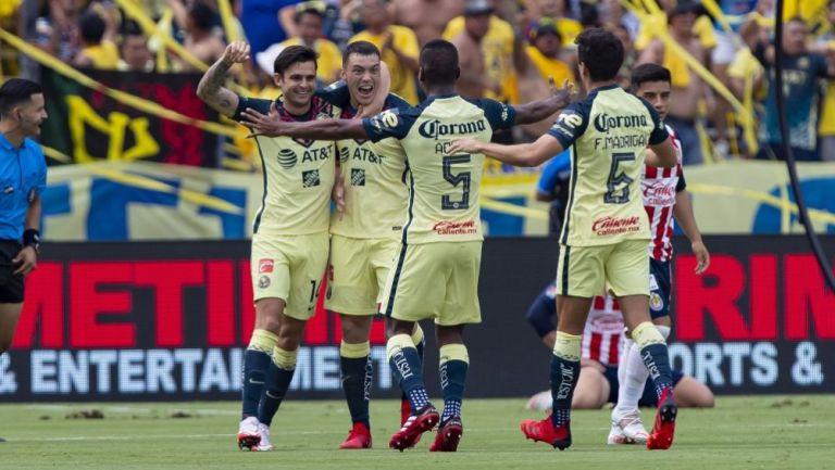 Jugadores de América festejando un gol en contra de Chivas