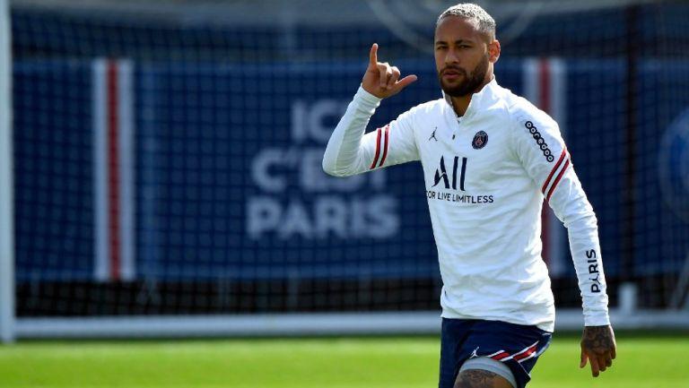 Neymar posa durante entrenamiento del PSG