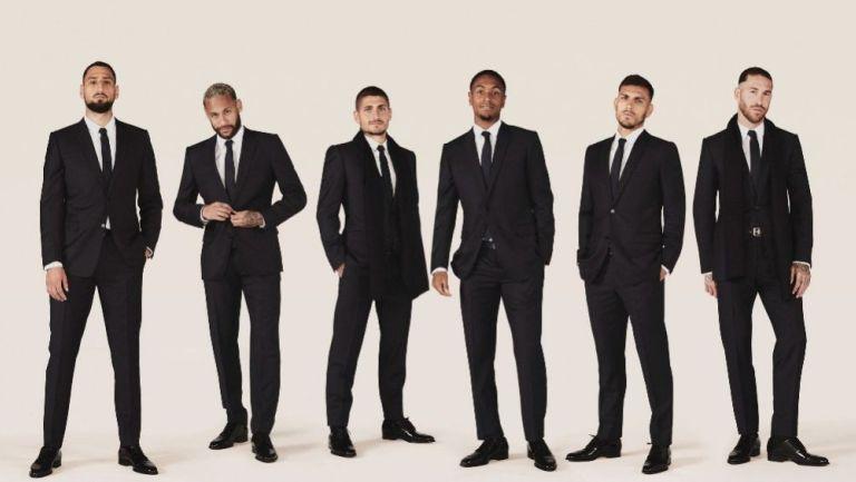 Jugadores del PSG posan con los trajes de la marca Dior