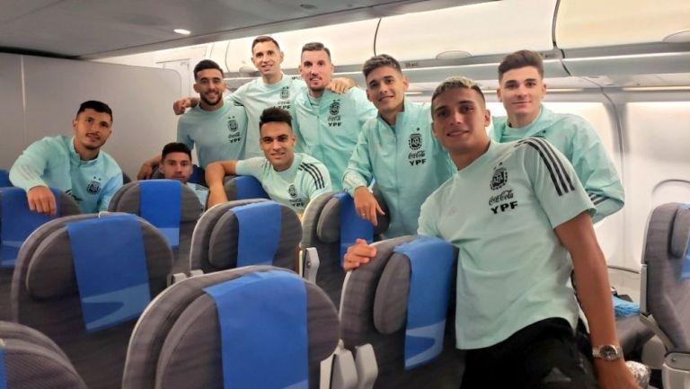 Seleccionados argentinos en el avión que los regresó a su país