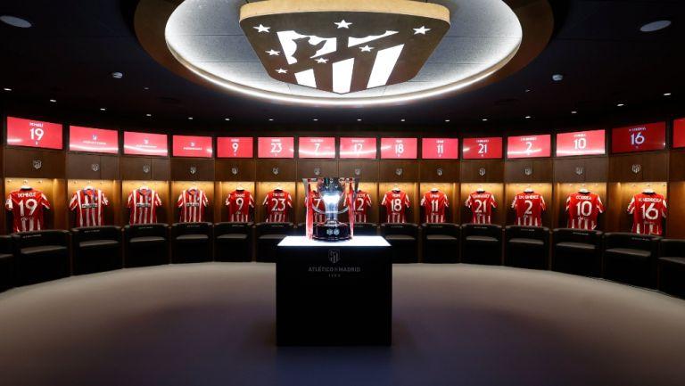 Vestidores del Atlético de Madrid con el trofeo de LaLiga