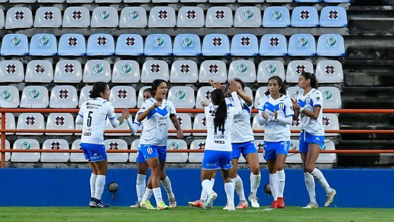 Jugadoras de Rayadas celebran un gol vs Tuzas