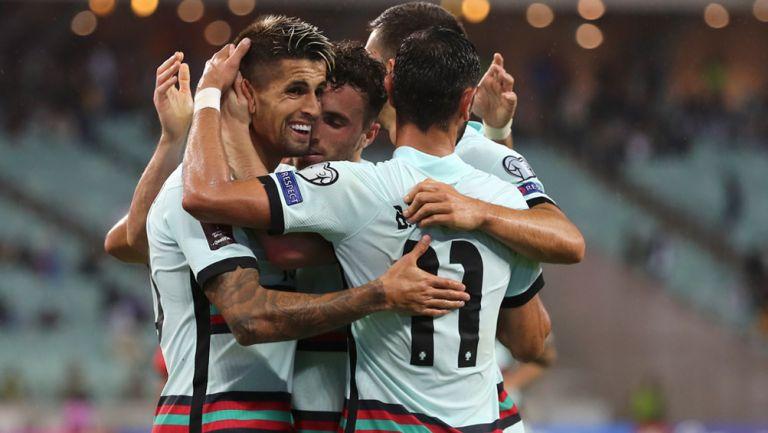 Jugadores de Portugal festejan un gol