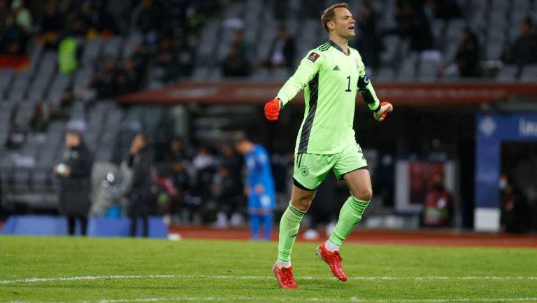 Neuer festejando el primer gol del partido