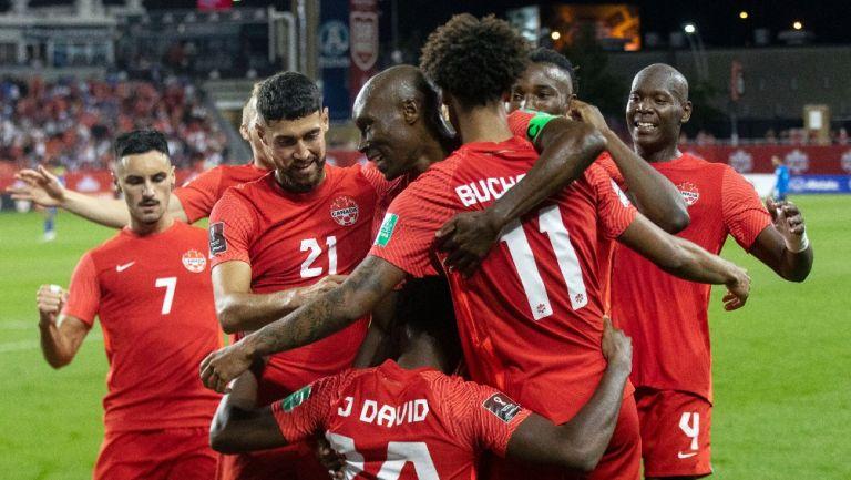 Jugadores canadienses celebran gol vs El Salvador
