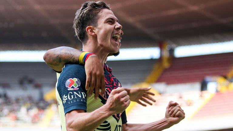 Sebastián Córdova festeja un gol con América