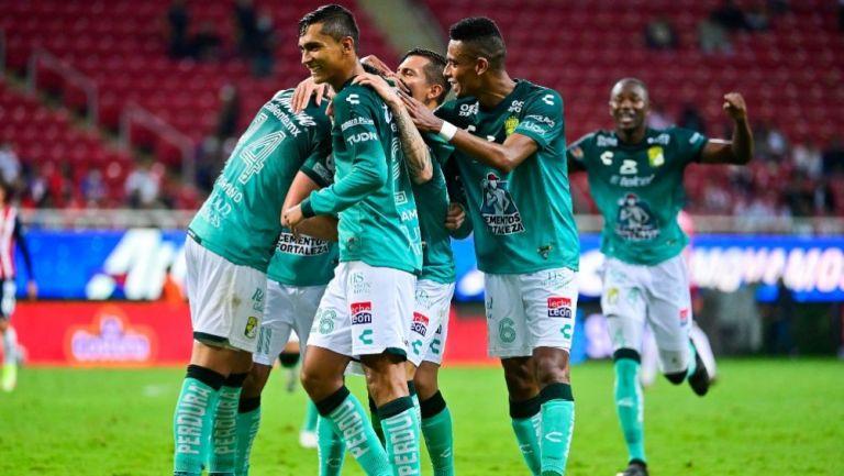 Jugadores del León festejando un gol a favor sobre Chivas