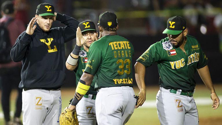 Jugadores de Leones de Yucatán celebran tras una carrera