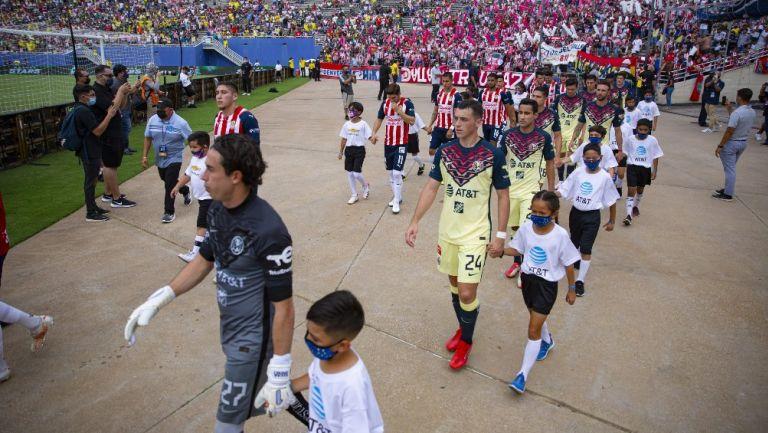 Jugadores de América y Chivas entrando al terreno de juego