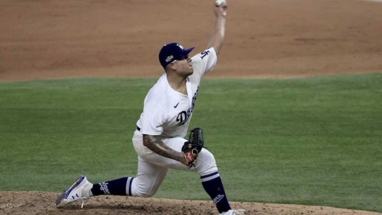 Julio Urías durante un partido con los Dodgers