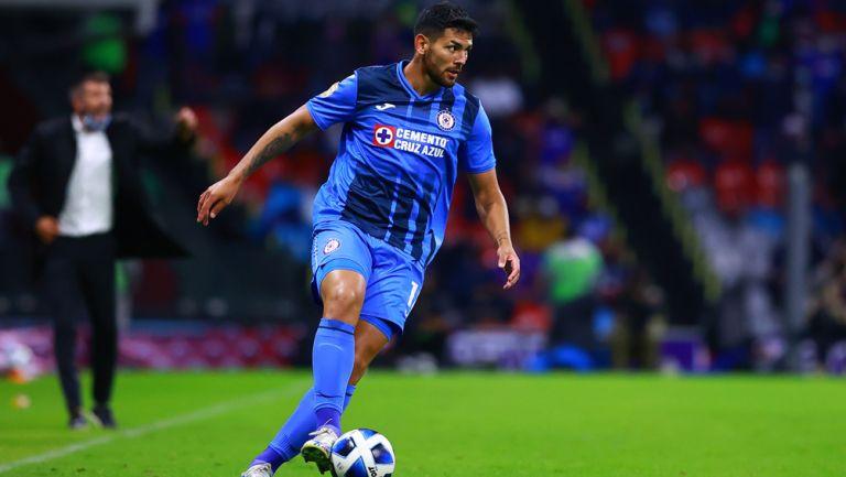Lucas Passerini en acción con Cruz Azul