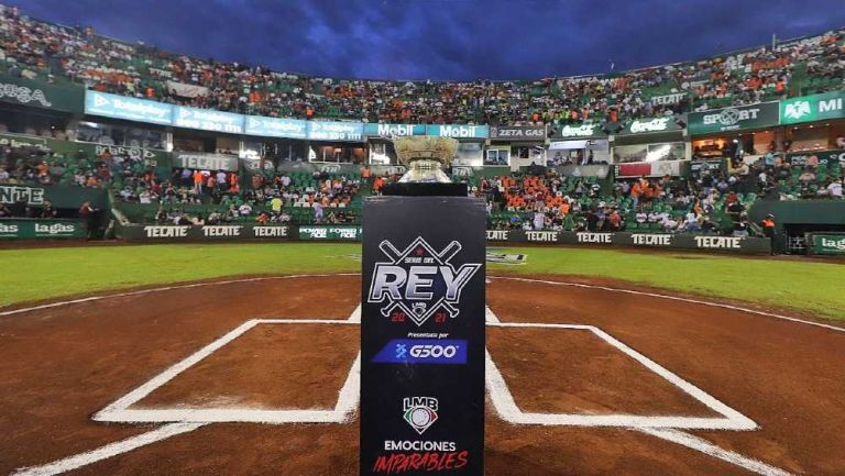 El trofeo de la Serie del Rey en el estadio de los Leones