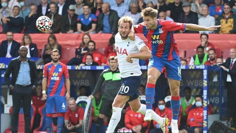 Harry Kane de los Spurs disputa el balón contra Joachim Andersen del Crystal Palace