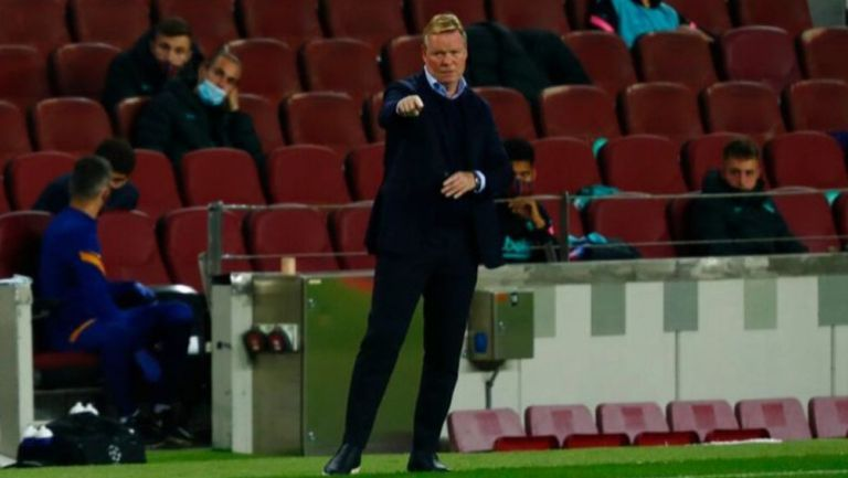 Ronald Koeman dando indicaciones en un partido del Barcelona