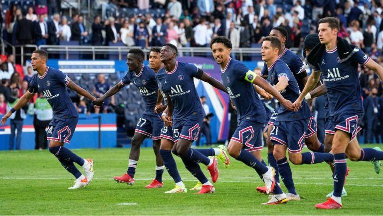 Los jugadores del PSG celebrando el triunfo de local