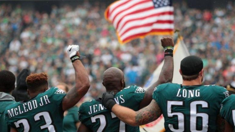 Jugadores de Eagles previo a un partido de la NFL