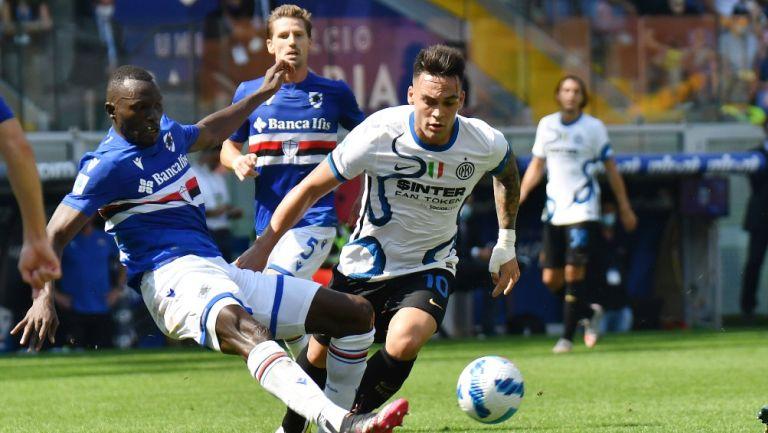 Omar Colley del Sampdoria pelea el balón frente a Lautaro Martínez del Inter