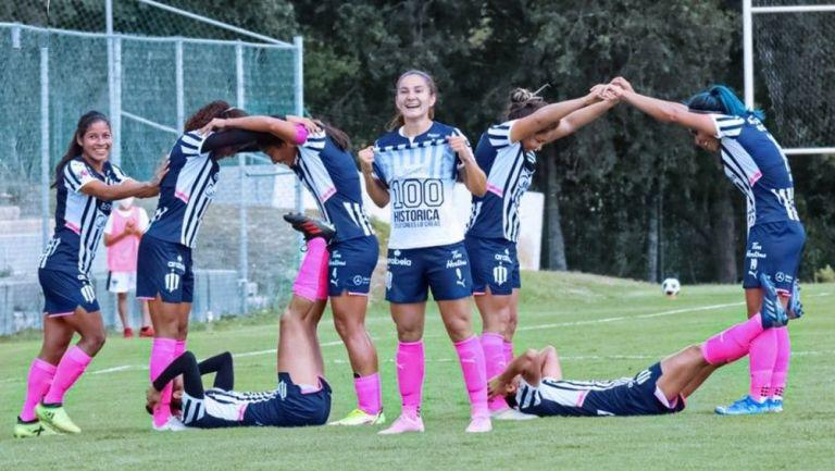 Monsiváis y sus compañeras festejan el gol 100
