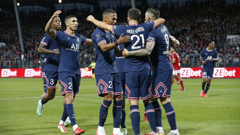 Jugadores de PSG festejan un gol