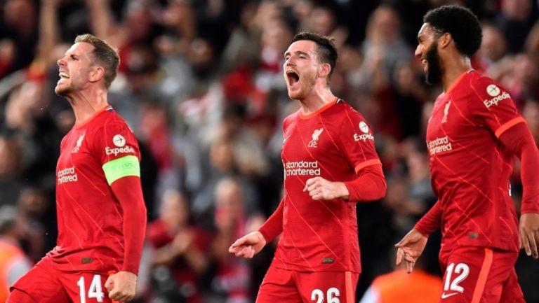 Jugadores del Liverpool festejando el gol del triunfo ante Milan