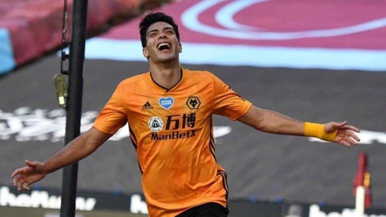 Raúl Jiménez festejando en un partido con los Wolves
