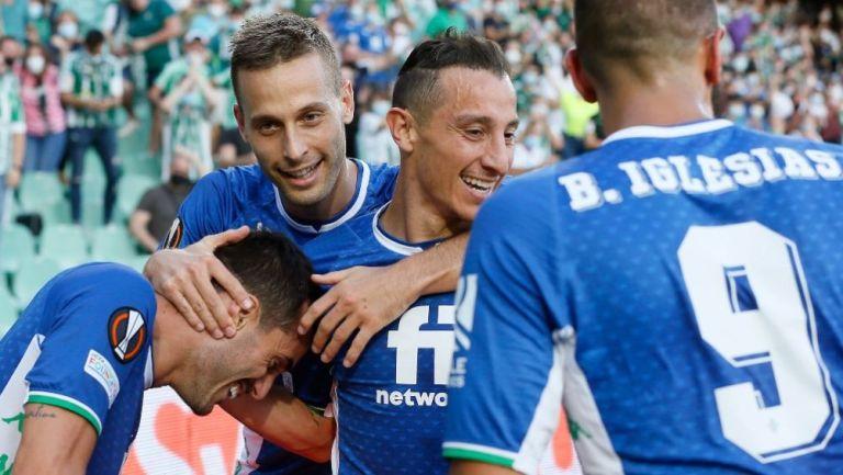 Guardado festejando con sus compañeros un gol del Real Betis