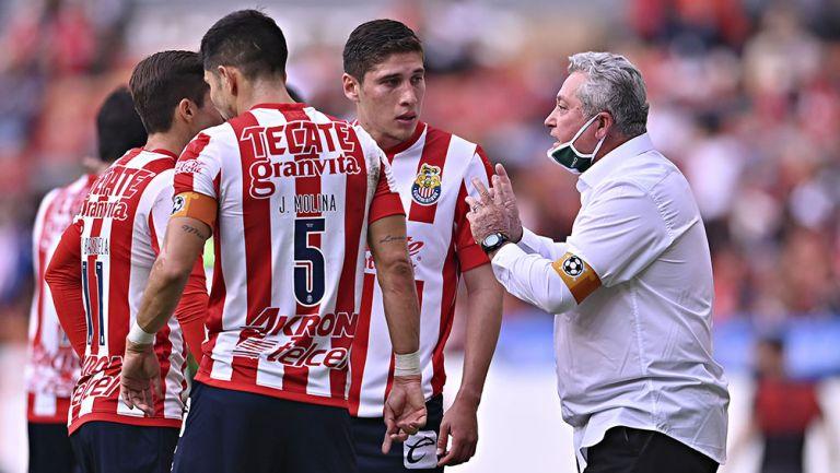 Víctor Manuel Vucetich da instrucciones a jugadores de Chivas