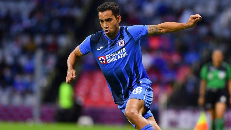 Adrián Aldrete durante un duelo con Cruz Azul