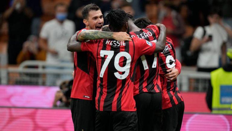 Los jugadores del Milán festejando un gol