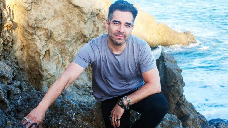 Omar Chaparro durante una sesión de fotos