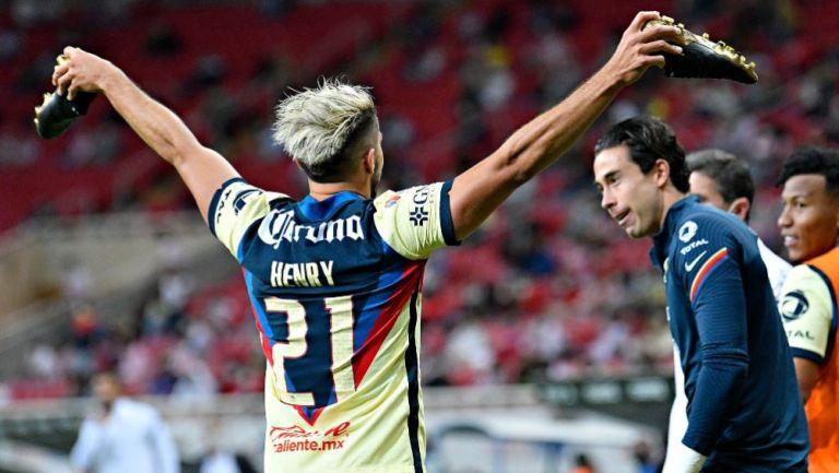 Henry Martín festejando con Óscar Jiménez en el partido ante Chivas