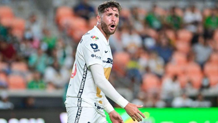 Arturo Ortiz reacciona durante partido con Pumas