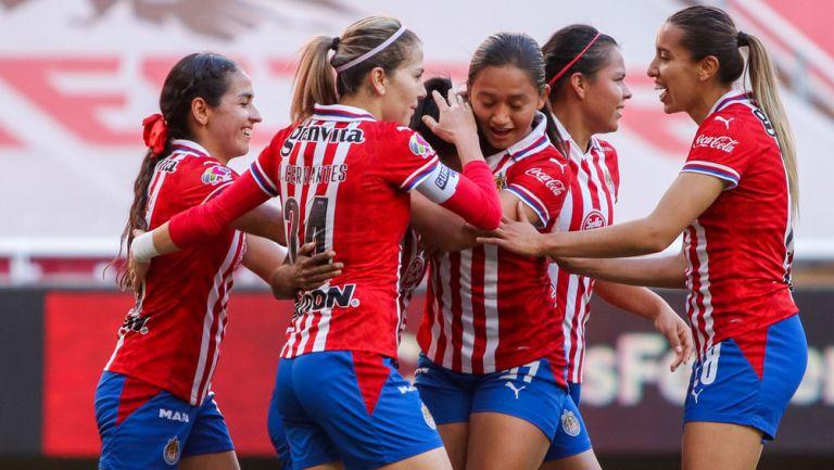 Jugadoras de Chivas, en festejo de gol