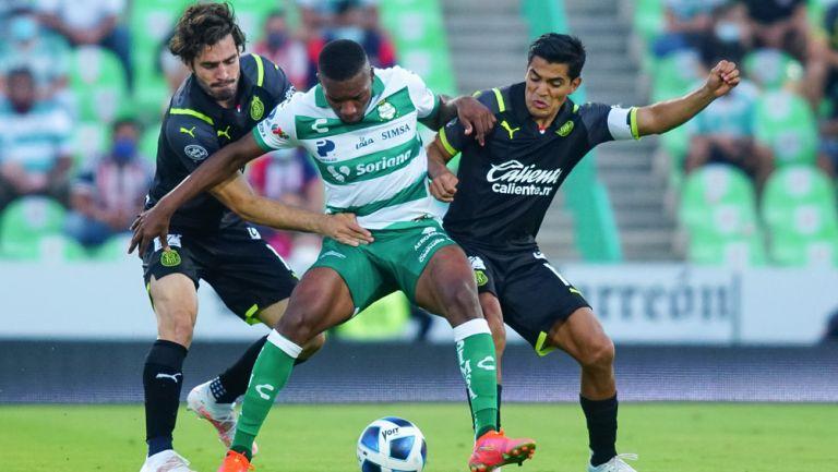 La defensa de Chivas se cierra en el ataque de su rival