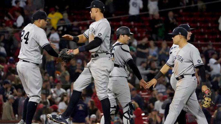 Los jugadores de los Yankees festejando al terminar el partido