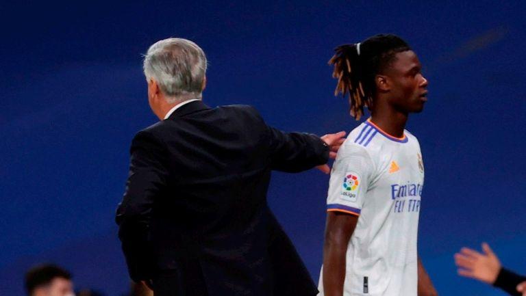Ancelotti felicita a Camavinga en un partido del Madrid