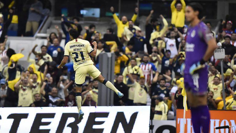 Henry Martín festeja un gol ante Chivas en el Azteca