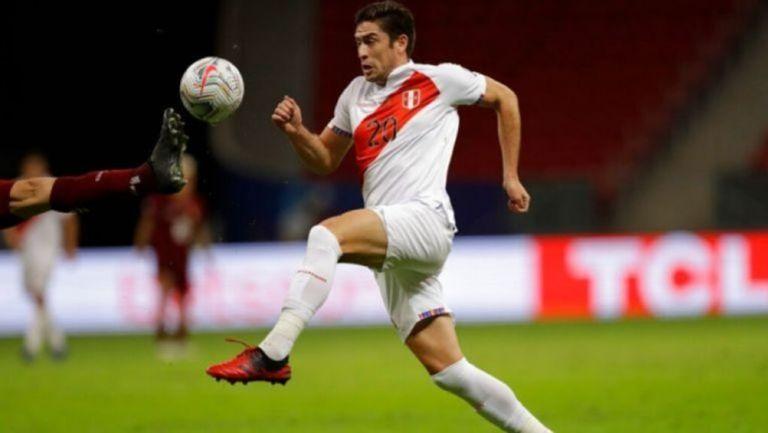 Santiago Ormeño durante un partido con Perú