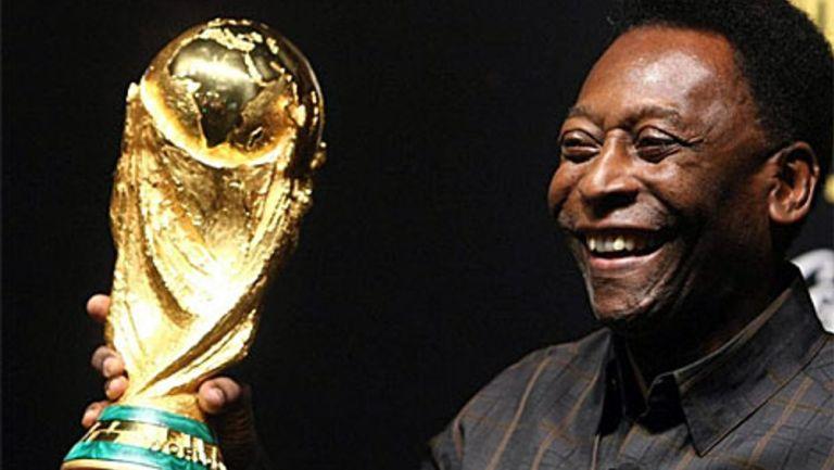 Pelé posando junto a la Copa del Mundo