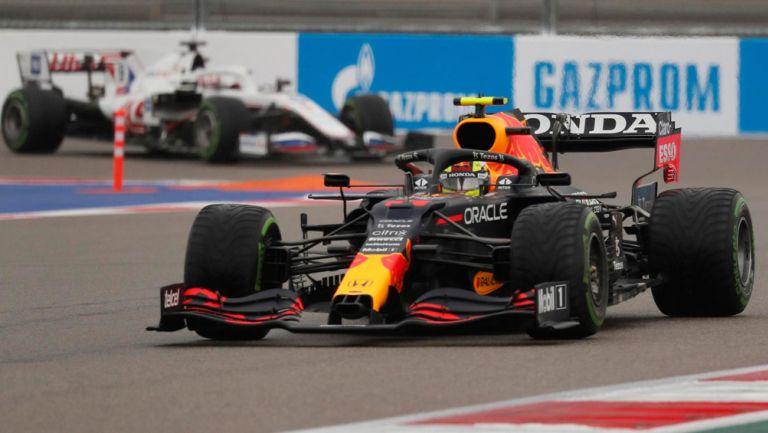 Checo Pérez en prueba de calificación en GP de Rusia