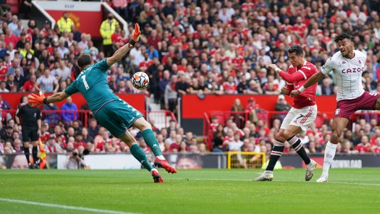 'Dibu' Martínez frente a tiro de Cristiano Ronaldo en la Premier League