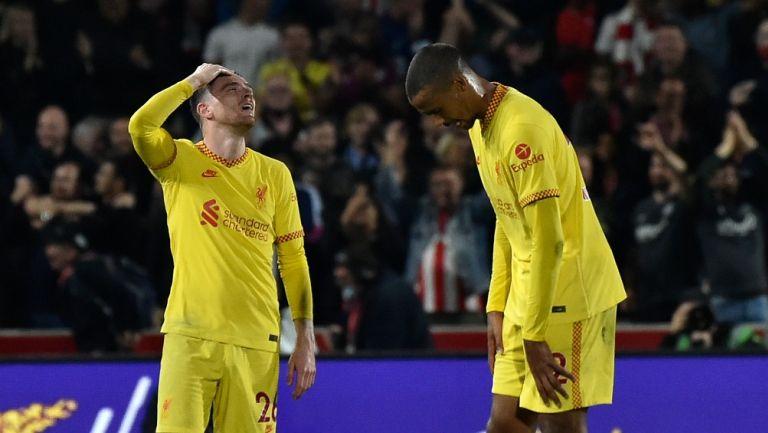Jugadores del Liverpool reaccionan al empate tras finalizar el juego frente al Brentford