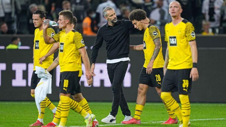 Jugadores del Borussia Dortmund reaccionan al final del partido